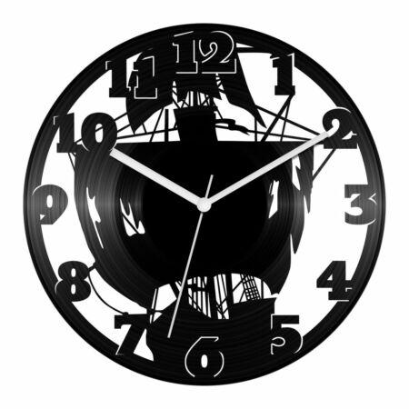 Megtépázott kalózhajó bakelit óra